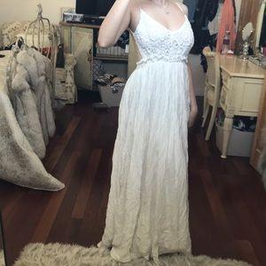 Dresses & Skirts - White open back sundress 🦋